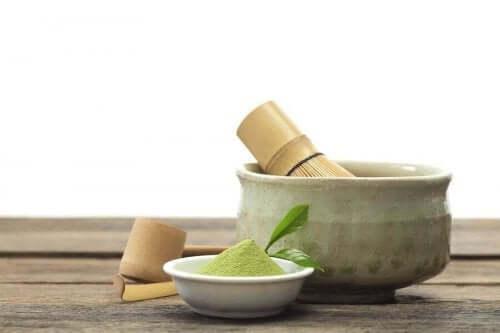 Matcha-tee on vihreää, jauheen muodossa olevaa teetä, jonka valmistamiseen myydään erityisiä välineitä.