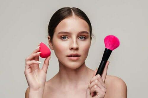 Meikkipussin puhtaudesta on huolehdittava, ja meikkisienestä erityisesti.