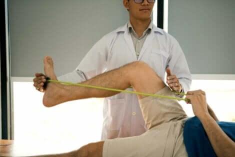 Vastuskuminauhalla tehtäviä harjoituksia voidaan hyödyntää myös fysioterapiassa