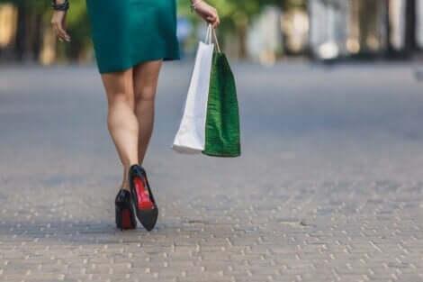 Shoppailuaddiktio saa henkilön ostelemaan paljon turhaa tavaraa