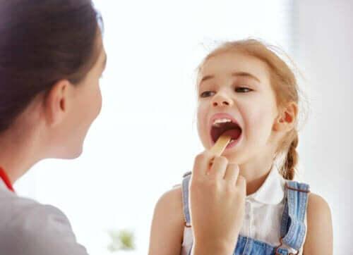 Mononukleoosi voi aiheuttaa lapsilla esimerkiksi kurkkukipua