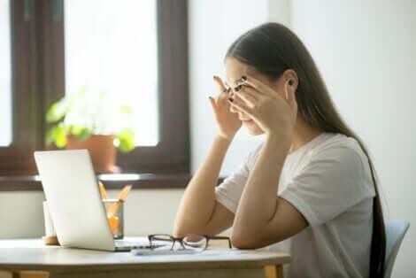 Papilledeemaa aiheuttava kallonsisäisen paineen kohoaminen aiheuttaa myös päänsärkyä