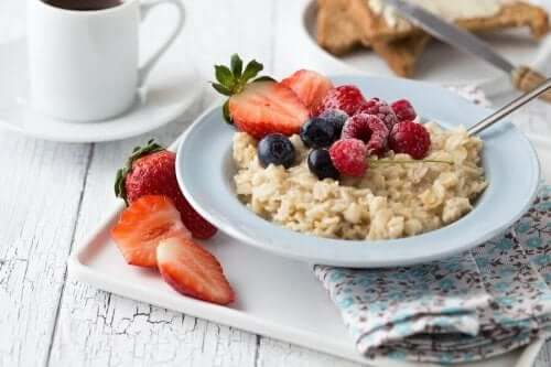 Terveellinen aamupala sisältää hedelmiä ja marjoja, ja se voi sisältää myös esimerkiksi annoksen kaurapuuroa.