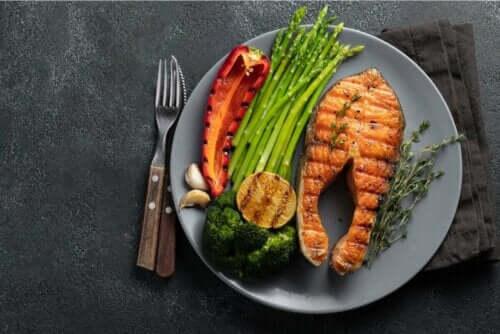 Kala ja vihannekset ovat sallittuja ruokia ketogeenisessä ruokavaliossa