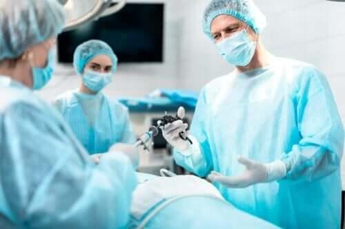 Vaihdevuosien aikana esiintyvä endometrioosi voi vaatia leikkausta.