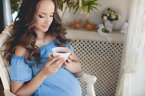 Kannattaako teetä juoda raskausaikana?
