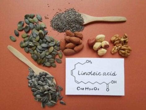 Pähkinät ja siemenet ovat ruokia, jotka sisältävät linolihappoa
