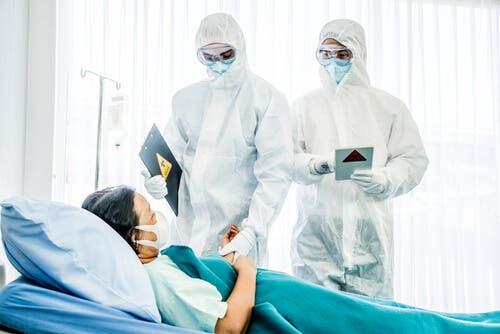 Terveydenhuoltoalan henkilöstön keskuudessa yleisin suojavaatetus on käsineet ja kasvomaskit, mutta joskus ilmatiivis pukukin on tarpeen.