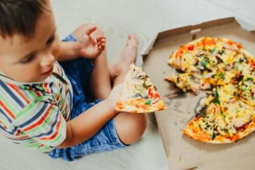Mahalaukkua ärsyttävät ruoat voivat aiheuttaa mahakatarria lapsilla