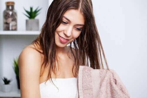 Rasvoittuvien hiusten pesu: parhaat vinkit