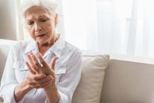 Gangliot ja vaskuliitti ovat harvinaisempia syitä siihen, miksi kädet puutuvat