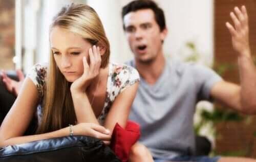 Jos kumppani kohtelee verbaalisesti kaltoin, se voi syödä uhrin itsetuntoa