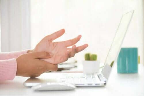 Rannekanavaoireyhtymä voi olla yksi syy siihen, miksi kädet puutuvat