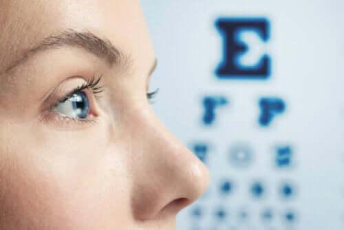 Verkkokalvorappeuma tarkistetaan silmälääkärin vastaanotolla.