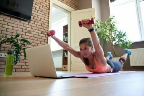 Monet selkäharjoitukset voidaan tehdä käsipainoilla liikkeen tehostamiseksi