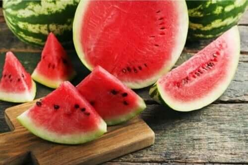 Vesimeloni on yksi niistä hedelmistä, joita kannattaa syödä kesäaikaan