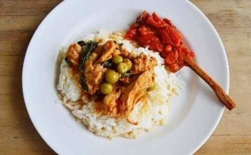 Kookosmaidossa marinoitua kanaa ja riisiä