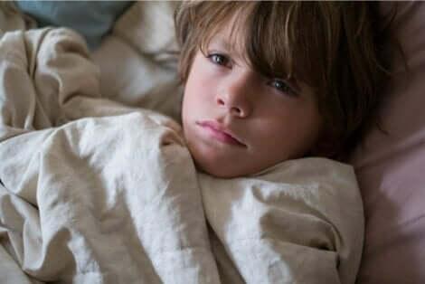 Tummat renkaat silmien alla lapsilla voivat johtua unettomuudesta