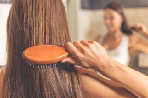 Harjaan kertyy joka kerta hiuksia ja likaa