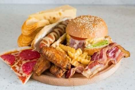 Rasvaista pikaruokaa tulisi välttää illalla