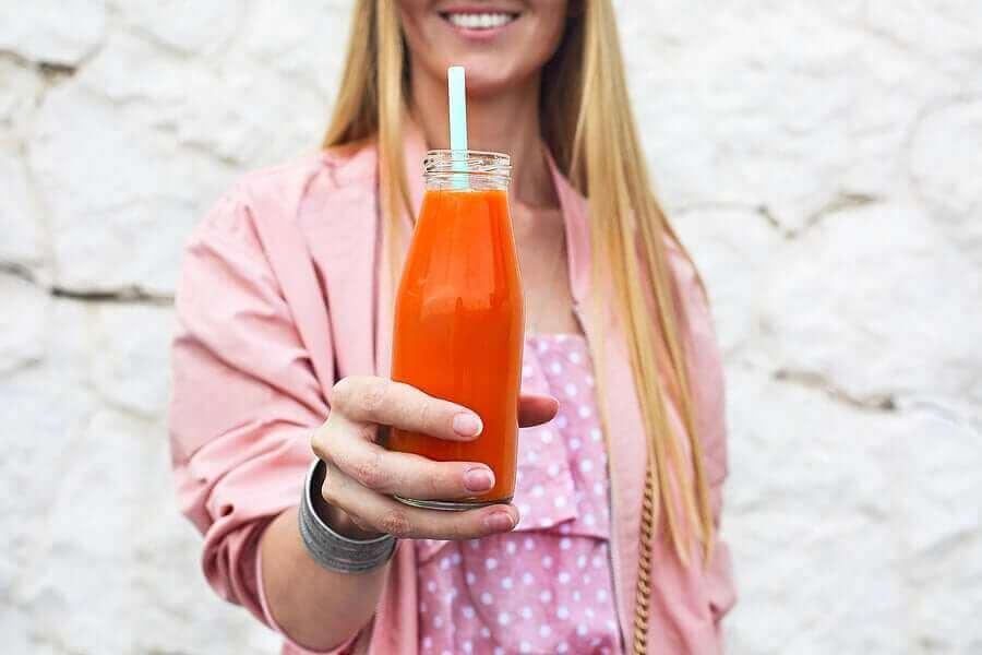 Porkkanasmoothien voi nauttia pullosta.