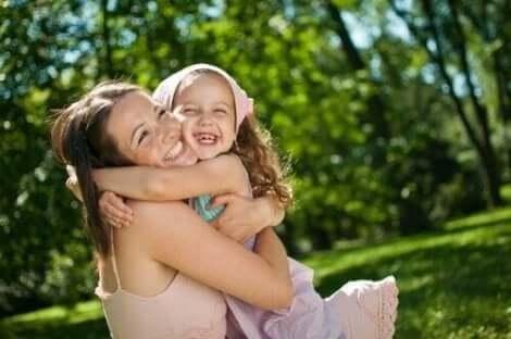 Rakkauden ja luottamuksen osoittaminen on keino edistää lasten itsetuntoa