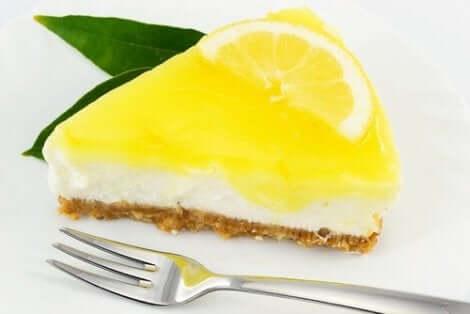 Sokeriton juustokakku voidaan valmistaa myös keksipohjasta