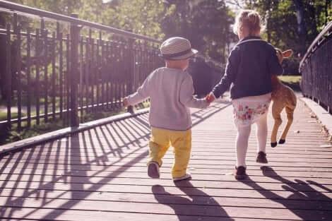 Lapsi oppii kävelemään nopeammin, jos häntä kannustaa siihen erilaisten leikkien kautta