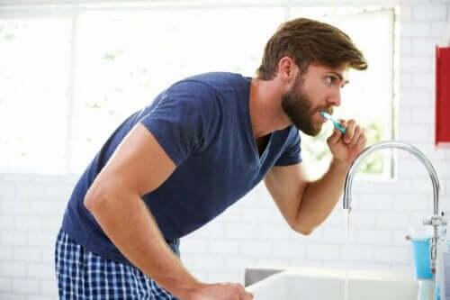 Suun tulehduksia voi ehkäistä harjaamalla hampaat päivittäin