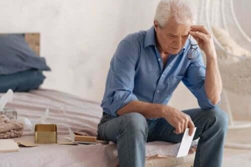 Seniili dementia voi aiheuttaa konfabulaatiota
