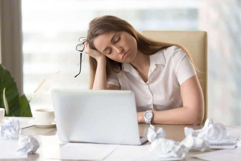 Jos kärsii kilpirauhasongelmista, ihminen voi olla väsynyt usein.