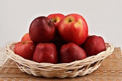 Omenoista saa valmistettua runsaskuituisia luontaishoitoja verensokerin säätelyyn