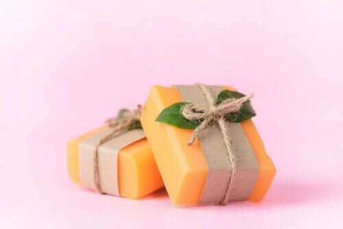 Papaijasaippuan käyttötarkoitukset ihonhoidossa ovat monet