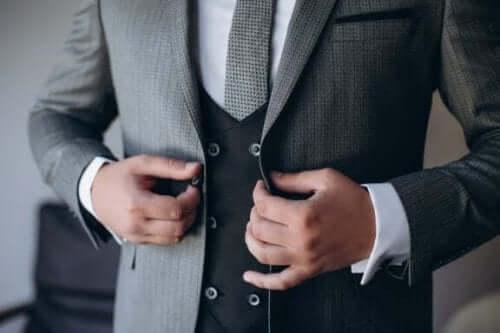 Kummitädin tehtävänä on auttaa sulhasta puvun valitsemisessa