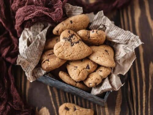 Kotitekoisiin kermakekseihin voi laittaa suklaahippuja