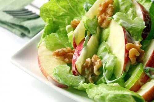 Helppo kotitekoinen waldorfinsalaatti