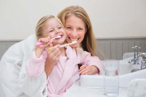 Hyvän suuhygienian edistäminen lapsilla edellyttää hampaiden harjaamista päivittäin