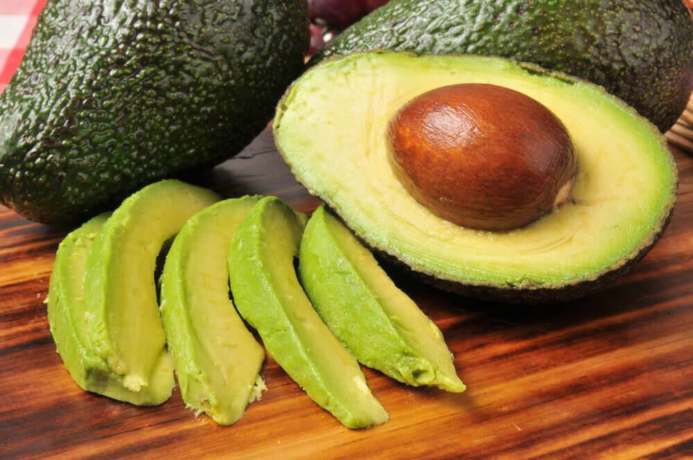 Avokado sisältää runsaasti terveellisiä rasvoja.