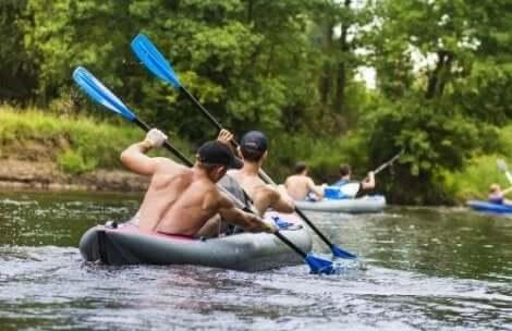Melominen yhdessä kajakilla tai kanootilla ovat hyviä ulkoliikuntalajeja pareille