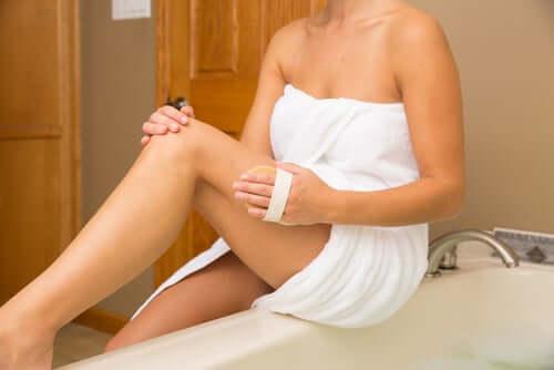 5 kotitekoista hoitokeinoa jalkojen turvotukseen - kuivaharjaus.