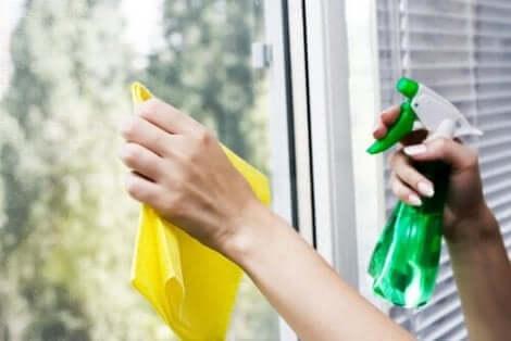 Ekologisilla puhdistusaineilla voi pestä hyvin myös lasipinnat