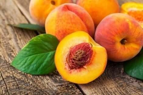 Persikoista voi valmistaa maukkaita kylmiä hedelmähaudukkeita