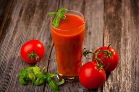 Tomaattimehun hyödyt vähentävät muun muassa sydän- ja verisuonitautien riskitekijöitä
