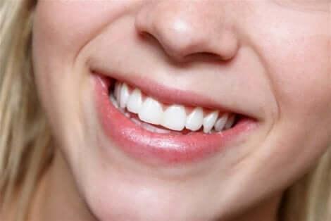 Hampaat voi valkaista luonnollisin menetelmin
