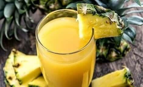 Ananas on terveellinen hedelmä, josta valmistuu maukkaita kesäjuomia