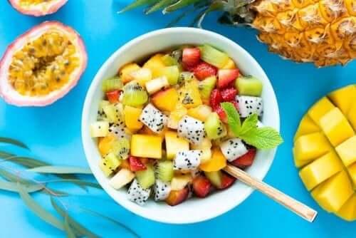 Herkullisia hedelmäsalaatteja villiyrteillä