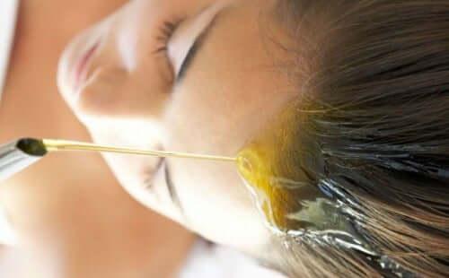 Kasviöljyt, jotka auttavat kosteuttamaan hiuksia