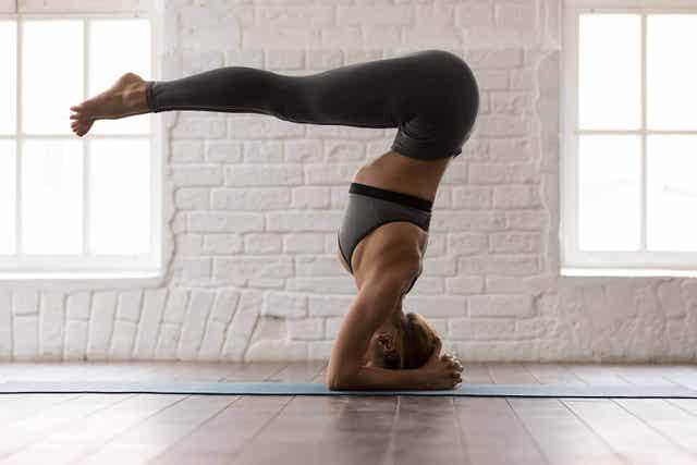 Tietyt jooga-asennot voivat auttaa lievittämään nivelrikon aiheuttamia oireita.