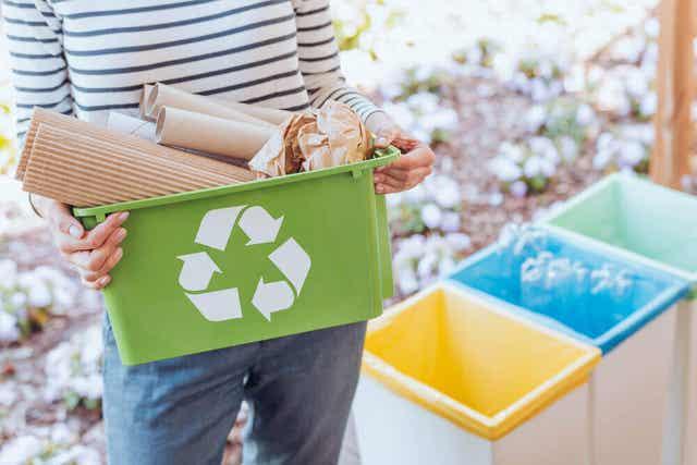 Kierrätyskolmio muoviastian pohjassa kertoo siitä, onko se kierrätettävissä.