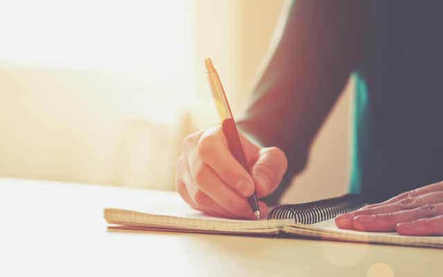Kirjoittajan kovettuma syntyy, kun sormen ihoon aiheutuu painetta tai hankautumista.